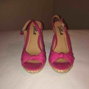 Superfina rosa sommarskor med kilklack. Använda två gånger. Säljer pga fel storlek. 50kr/ 70kr inkl frakt Priset kan diskuteras