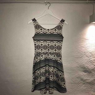Trikå-klänning från H&M, divided. Lite lägre i ryggen (se bild 2) Som ny och endast använd en gång pga köp av fel storlek. Frakt tillkommer! 😊💗
