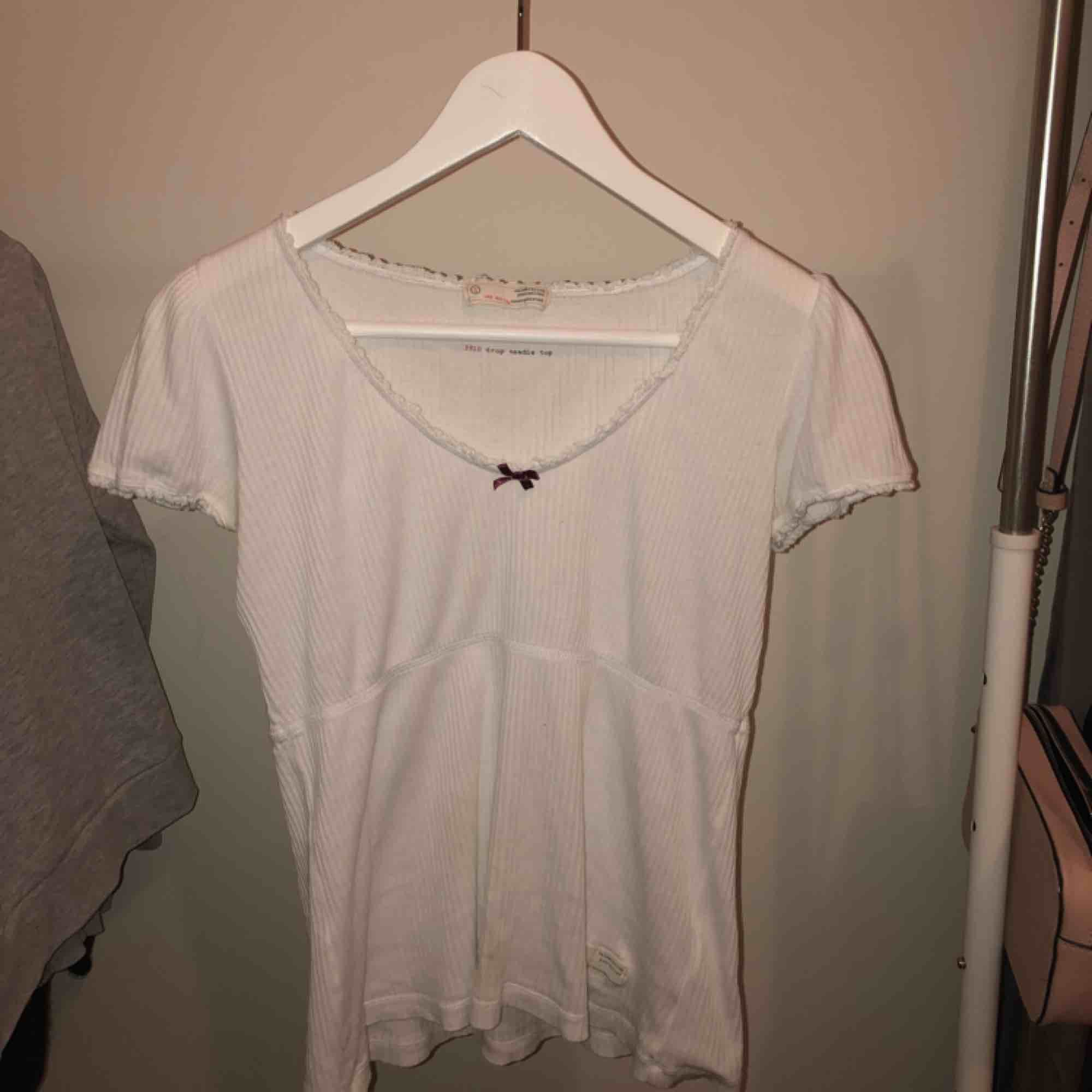 Vit oddmolly t-shirt, nästan aldrig använd . T-shirts.