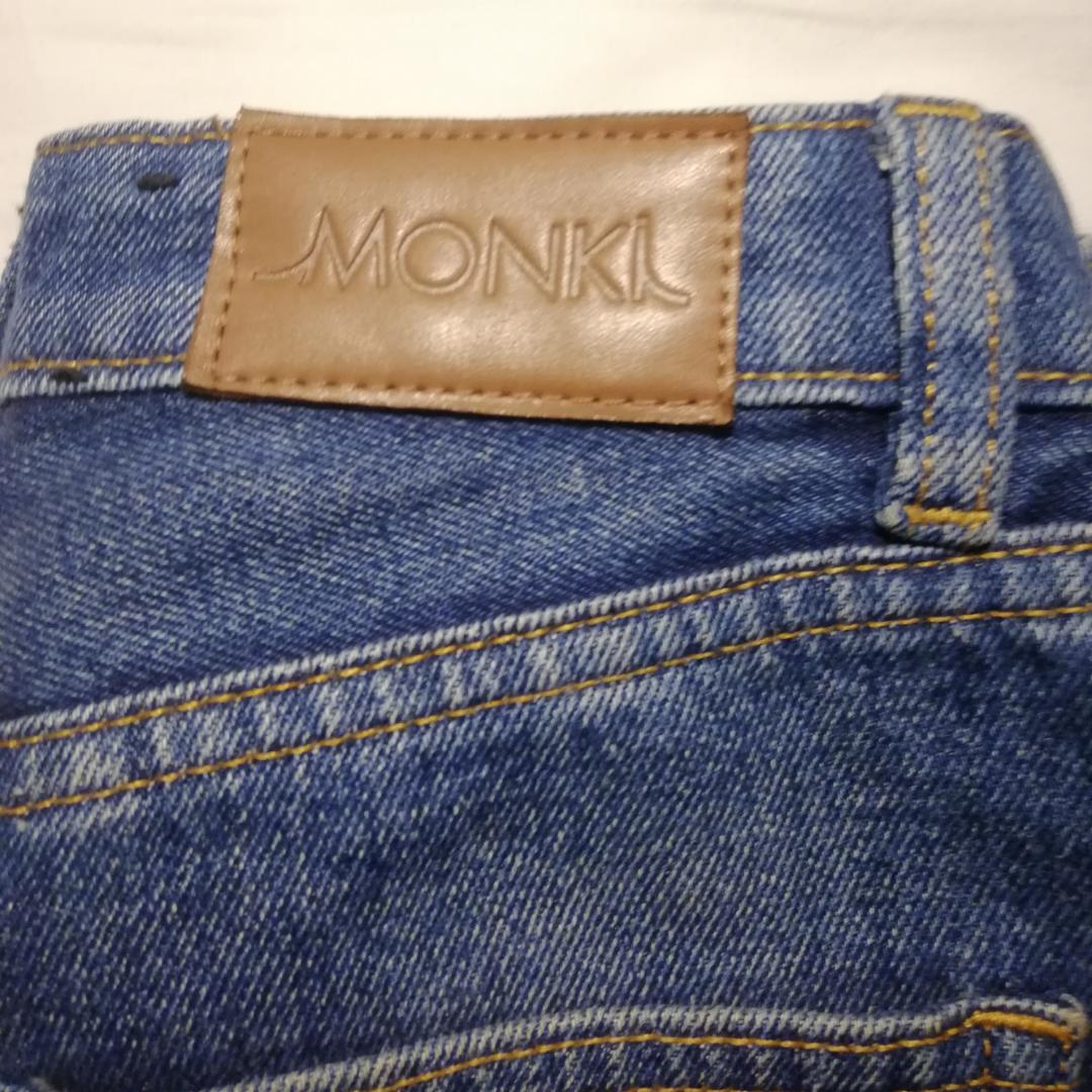 Superfina blå jeans från Monki i strl 24! Använda men inga fläckar eller hål, köpta för 400. Modellen är kimono, lite kortare modell, och passar mig på längden som är 167. Säljer pga för små runt höfterna :( Om du köper innan februari ingår frakten i priset! . Jeans & Byxor.