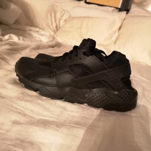 Säljer mina Nike Huarache som jag bara använt 2 gånger! 🖤  (det står 39 i dem men de är små i storleken så passar en 38 bättre; jag har annars 39 och dessa är för små för mig)  Frakten går på 30kr! 🚛