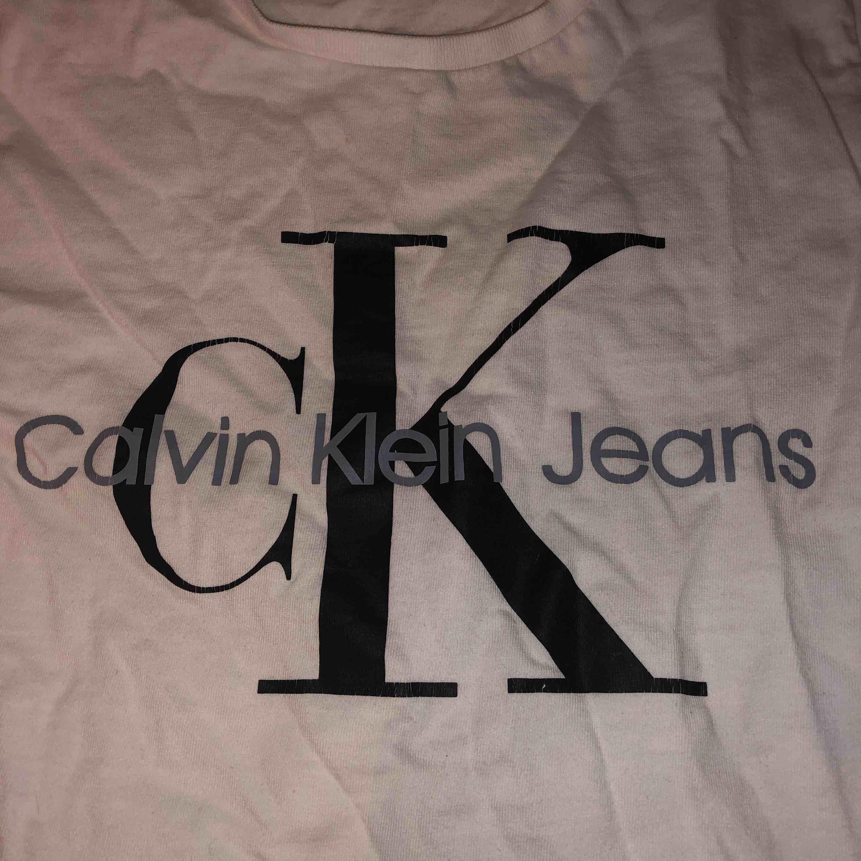 Säljer en fake Calvin Klein t-shirt. Den är kort om armarna och kan sitta tajt på en. Köptes i Grekland för nån vecka sen och inte använt så mycket alls! Tror heller inte någon märker att den är fake. Tvättas och stryks innan skick!❤️Gratis frakt. T-shirts.
