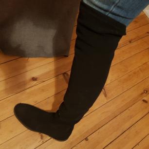 Stövlar från Rapisardi köpta för cirka 3 år sedan, i svart. Mocka. Inköpta för 1000 kronor på Zalando, använda 1 hel vinter. Jättefin i kvalitén! Säljer nu för 200 kronor. Köparen står för frakt:)
