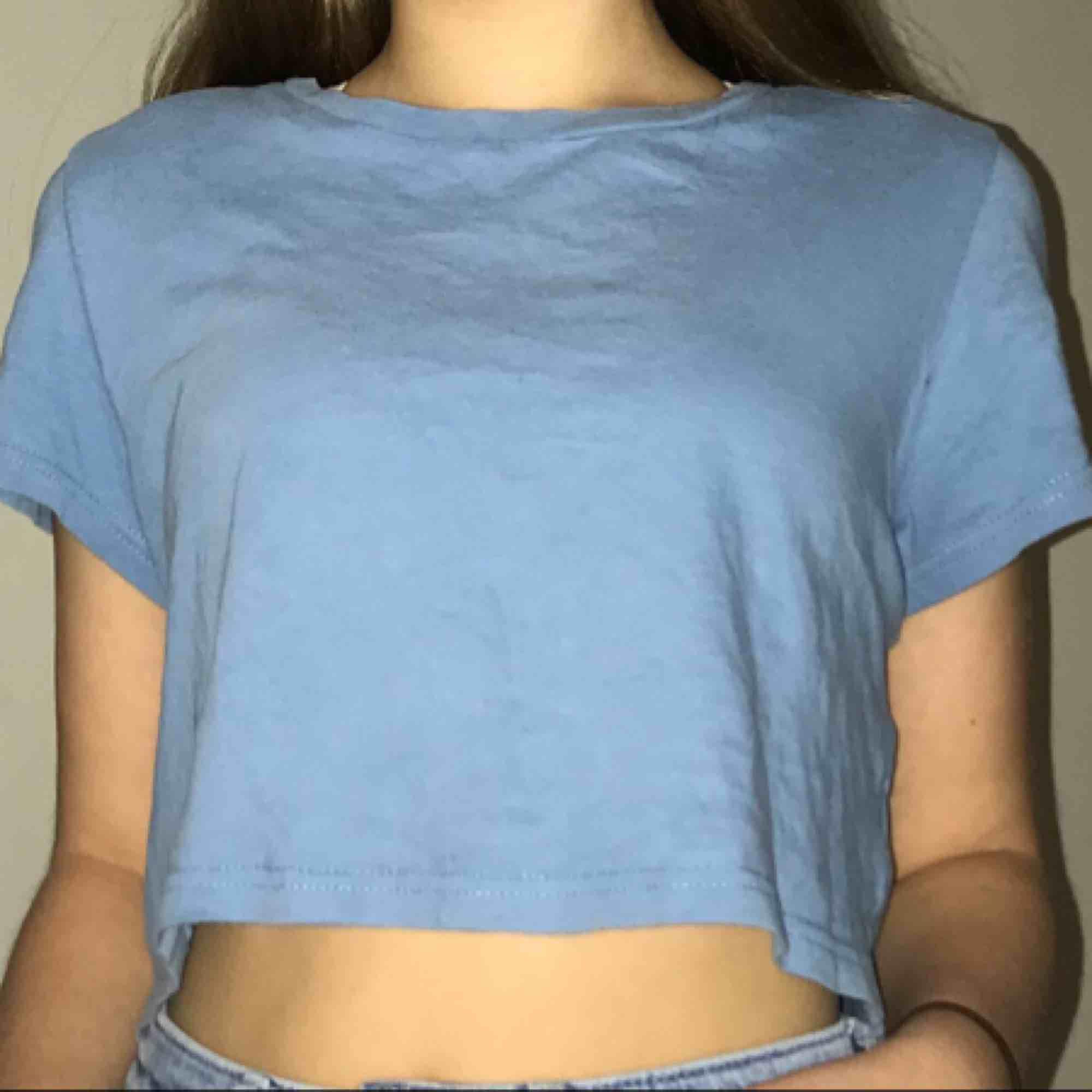 En blå croppad bikbok tröja som är använd ett flertal gånger, jätte fin och går att lätt bäras upp. Den ser lite lila fläckig ut men det är bara pga blixt. Priset kan diskuteras🥰. Toppar.