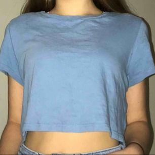 En blå croppad bikbok tröja som är använd ett flertal gånger, jätte fin och går att lätt bäras upp. Den ser lite lila fläckig ut men det är bara pga blixt. Priset kan diskuteras🥰