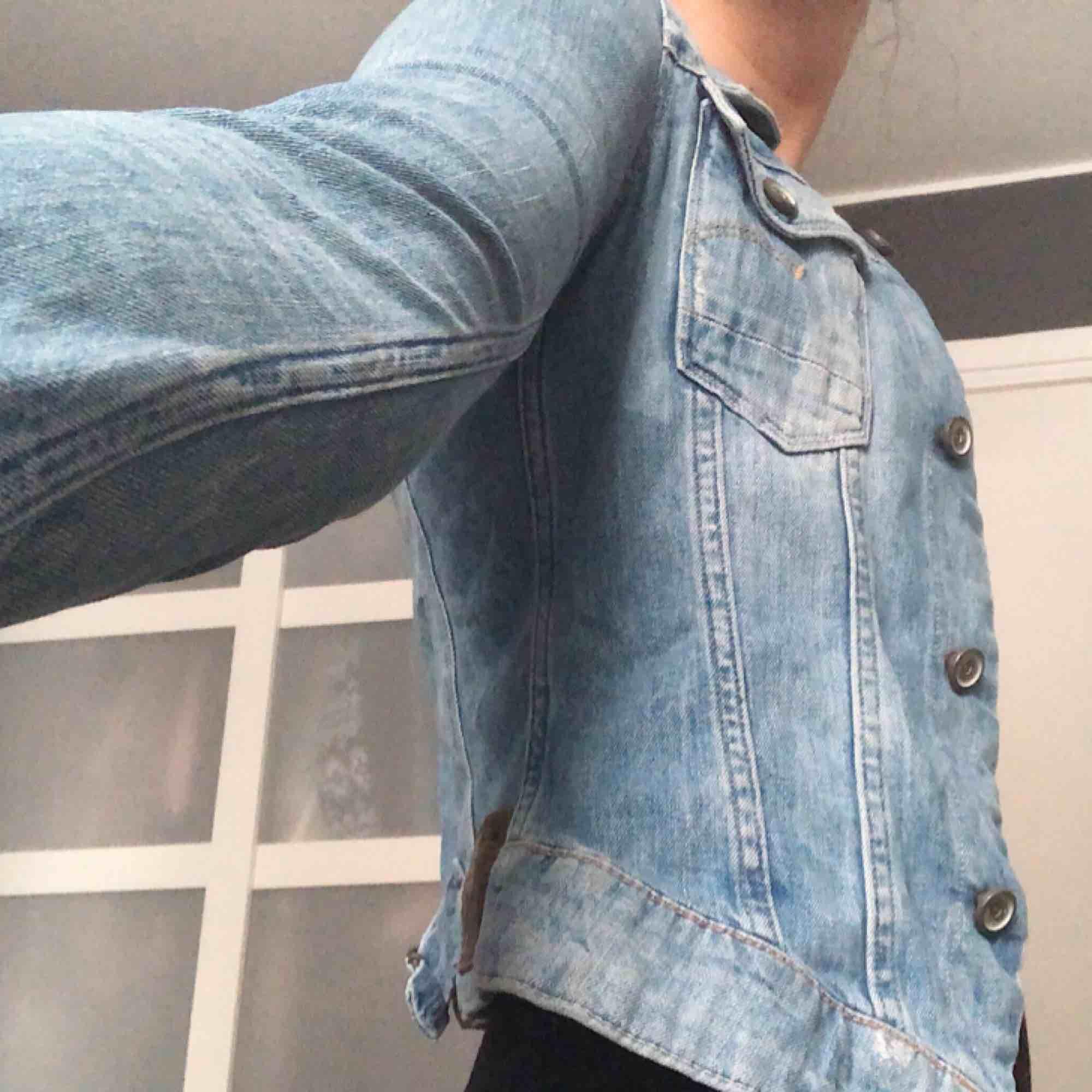 Ljus figursydd jeansjacka från G-star Raw, jättefint skick. Jackor.