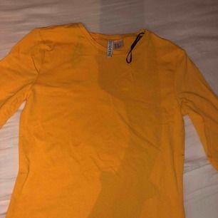 ALDRIG använt! Fin tröja från h&m och mjuk fast färgen gul passar inte mig fint så säljer den. Den är en basic gul tröja och kan användas när som helst faktiskt!❤️Gratis frakt!