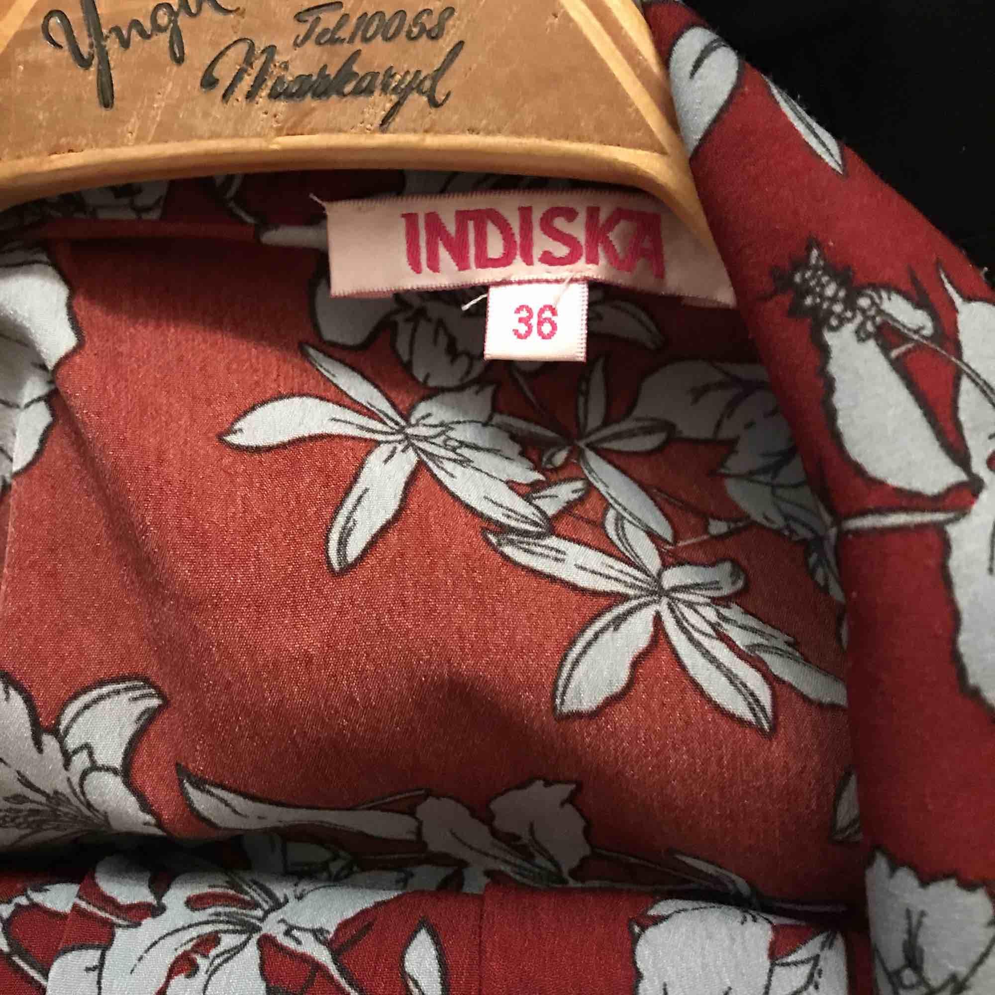 Set från Indiska. Får alltid komplimanger när jag bär detta set- det är ju underbart. Nu får det inte längre plats i garderoben. Resår i midjan. Lite nopprig på byxorna men inget som märks (skickar bild vid intresse), i övrigt fint skick! +Frakt 50kr. Kostymer.