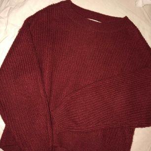 Jättefin vinröd stickad tröja som passar XS-S. Lite overzised och så mysig! Skriv om du har frågor Hämtas upp hos mig eller fraktas mot fraktkostnad!❤️