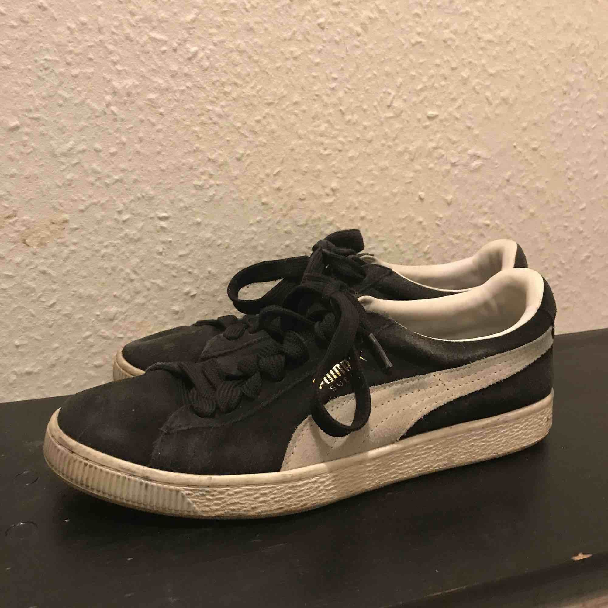Svarta puma suede skor :-) lite små slitage därav billiga :-). Skor.