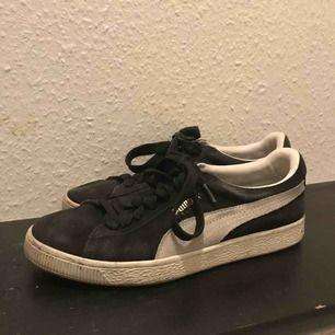 Svarta puma suede skor :-) lite små slitage därav billiga :-)