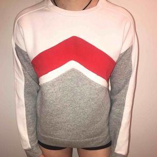 mjuk och mysig, helt felfri, sweatshirt från bikbok i storlek L men sitter mer som en S enligt mig - kort i ärmarna för att vara en L.