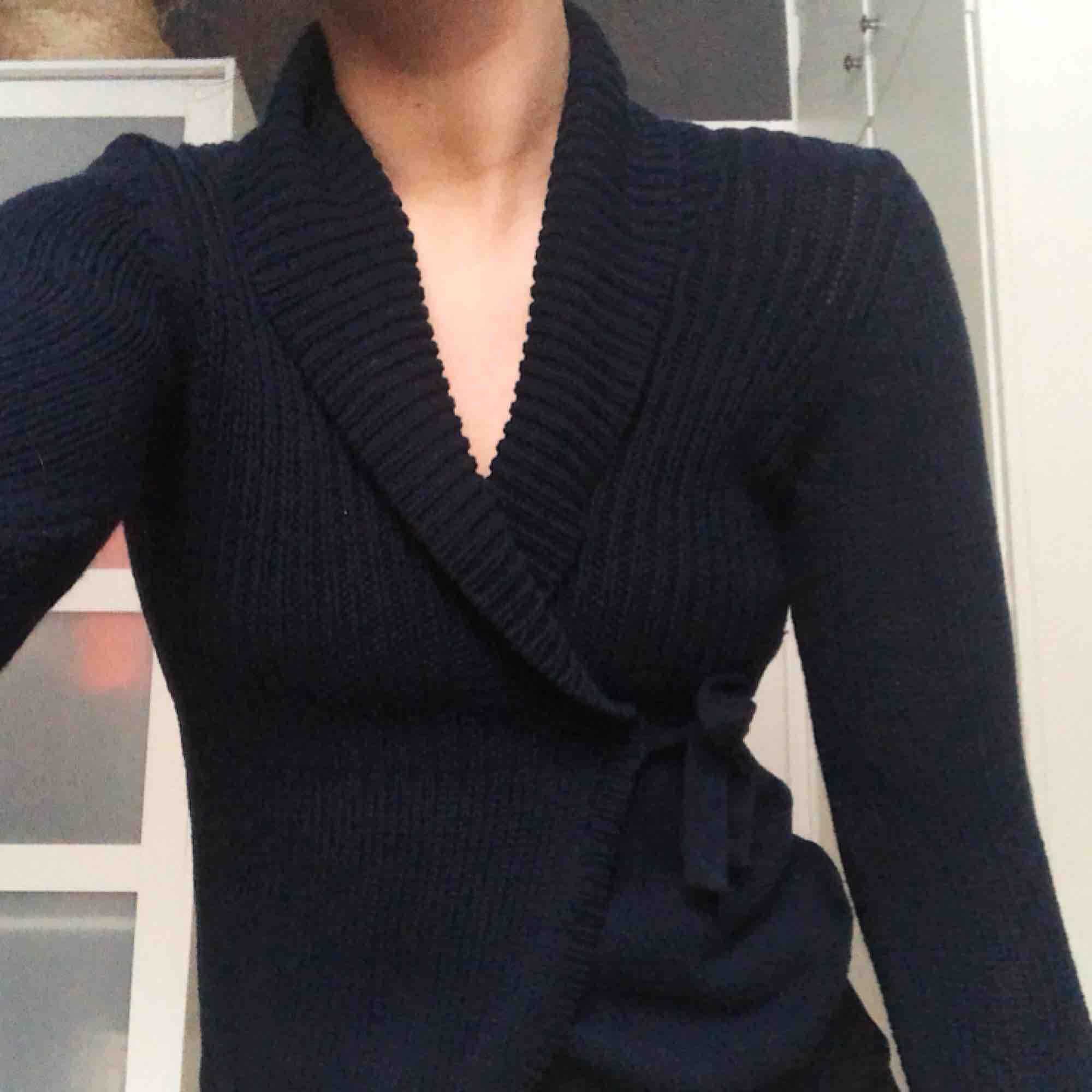 Mörkblå kofta från Gina tricot. Omlott med snören att knyta i sidorna, fint skick. Stickat.