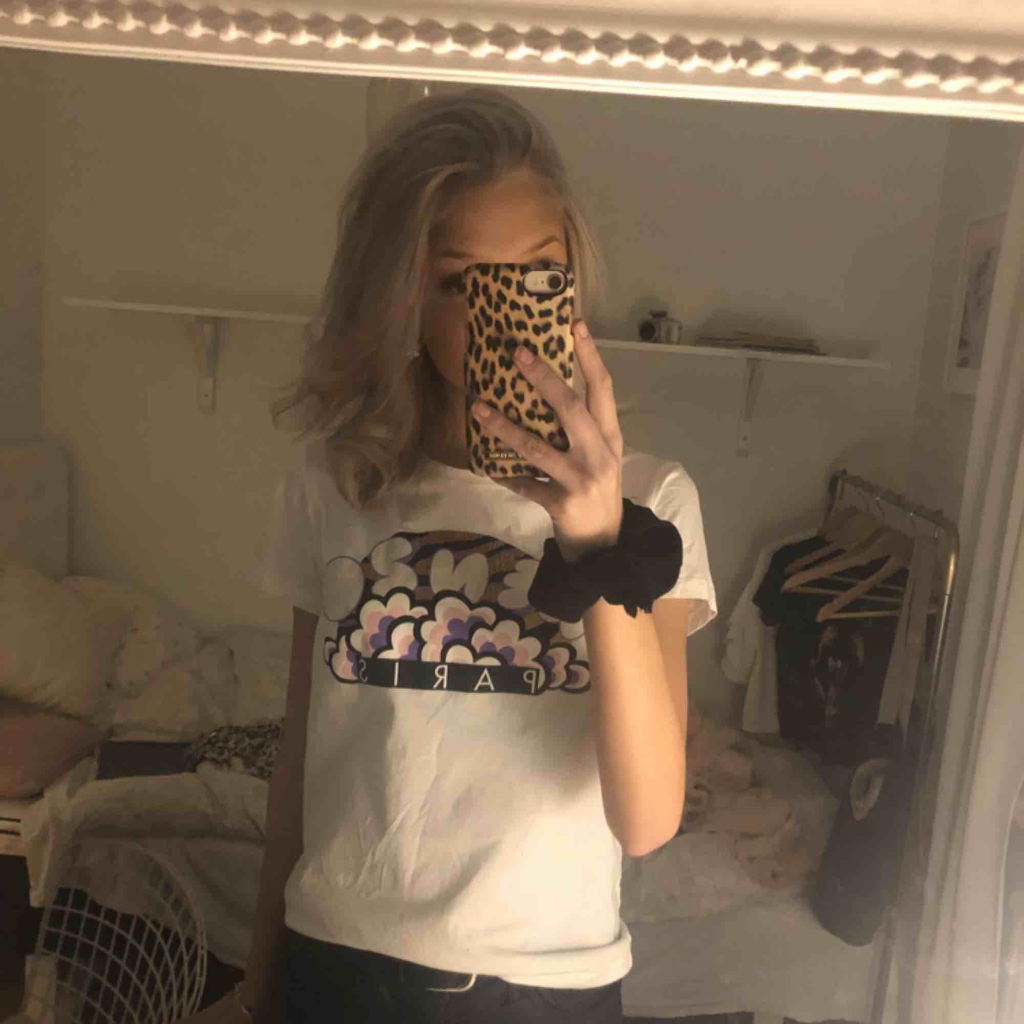 Kenzo t-shirt Storlek: M men passar mig som har xs/s använt få ggr dock en svarta små prickar från målarfärg (se sista bild) på kanten av tröjan. Syns knappast på avstånd😊 Står inte för frakt. T-shirts.