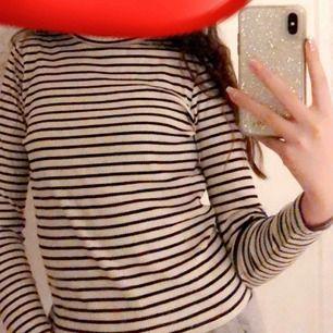 Säljer min trendiga tröja som har faktiskt storleken 140 fast är som XS? Använder aldrig barnkläder eller den här för är 14! Men den är skit skön och kan användas när som helst! Gratis frakt❤️