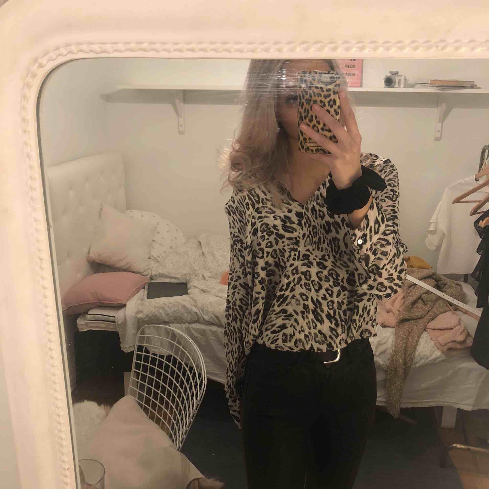 Leopard mönstrad blus. Knappast använd💕 Storlek:36 Står ej för frakt😊. Skjortor.