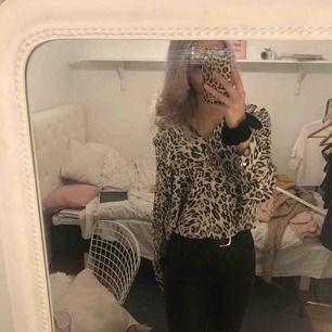 Leopard mönstrad blus. Knappast använd💕 Storlek:36 Står ej för frakt😊