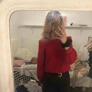 En härlig röd off shoulder tröja Står ej för frakt Storlek: s Från h&m