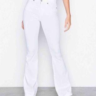 Säljer mina vita Macy bootcut byxor från Dr.Denim! Dom är sparsamt använda så väldigt bra skick. Dom är lite uppsydda och skulle säga att de passar folk i längden 163-170cm bra!