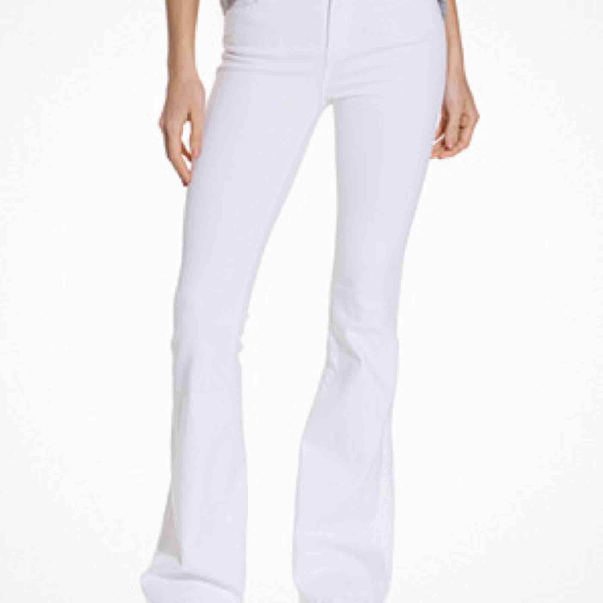 Säljer mina vita Macy bootcut byxor från Dr.Denim! Dom är sparsamt använda så väldigt bra skick. Dom är lite uppsydda och skulle säga att de passar folk i längden 163-170cm bra! Nypris 500kr. Jeans & Byxor.