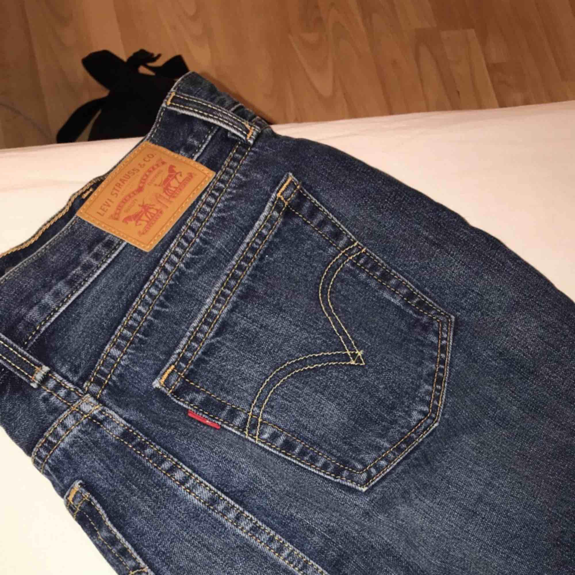 Säljer nu min älskade Levis kjol då den blivit för liten  :( inköpt sommaren 2018 och användes vid fåtal tillfällen. Den har ingen strech utan är 100% jeans. Inköpt på Nelly.com för runt 600<3. Kjolar.