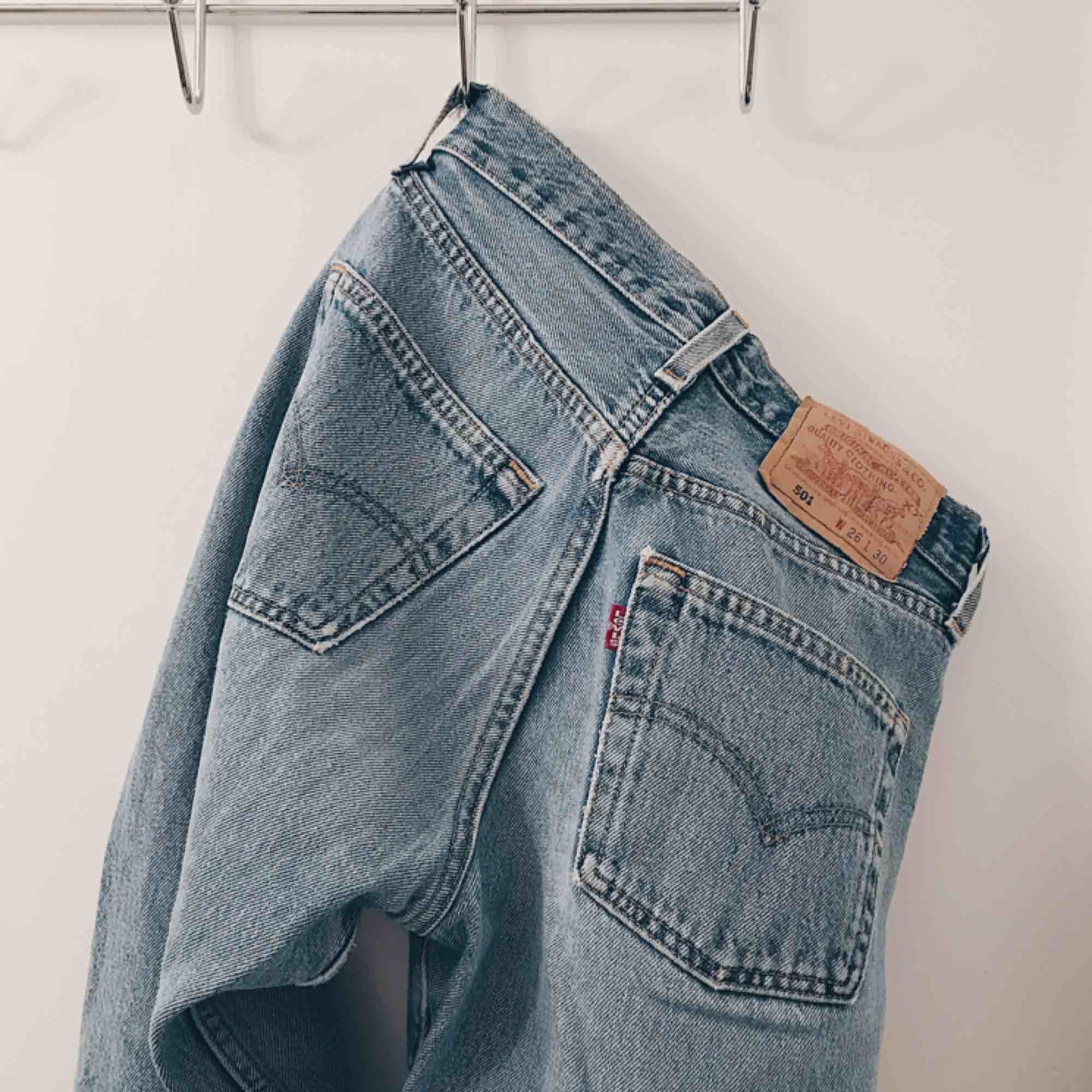 Så helvetes snygga vintage Levi's 501 som tyvärr är för små för mig (är w27) lappen lite sliten men inget man tänker på! Skynda fynda bästa brallan . Jeans & Byxor.