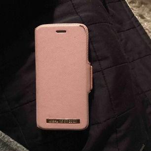 Ett plånbok skal från ideal of sweden, passar iPhone 6/6s, rosa.Skalet har jag använt och har fått en skada i hörnet och det är allt annars är det ingenting som är skadat eller liknande. Köpte skalet för 3-4 månader sen för 399kr. Kom med prisförslag!:)