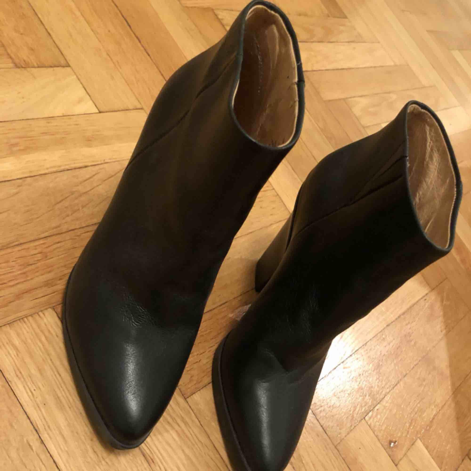 Säljer ett par svarta stövletter i skinn som är alldeles för små för mig! Kan skicka på posten eller mötas upp i Stockholm. Skor.