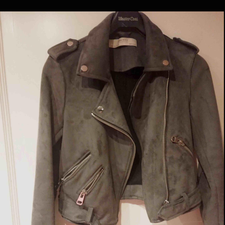 Mockajacka från Zara, inköpt för 600kr & aldrig använd- nyskick!! Säljes pga den bara hängt senaste året. Skiftar beroende på ljus från grön-grå. Pris kan diskuteras vid snabbaffär, står ej för frakt! . Jackor.