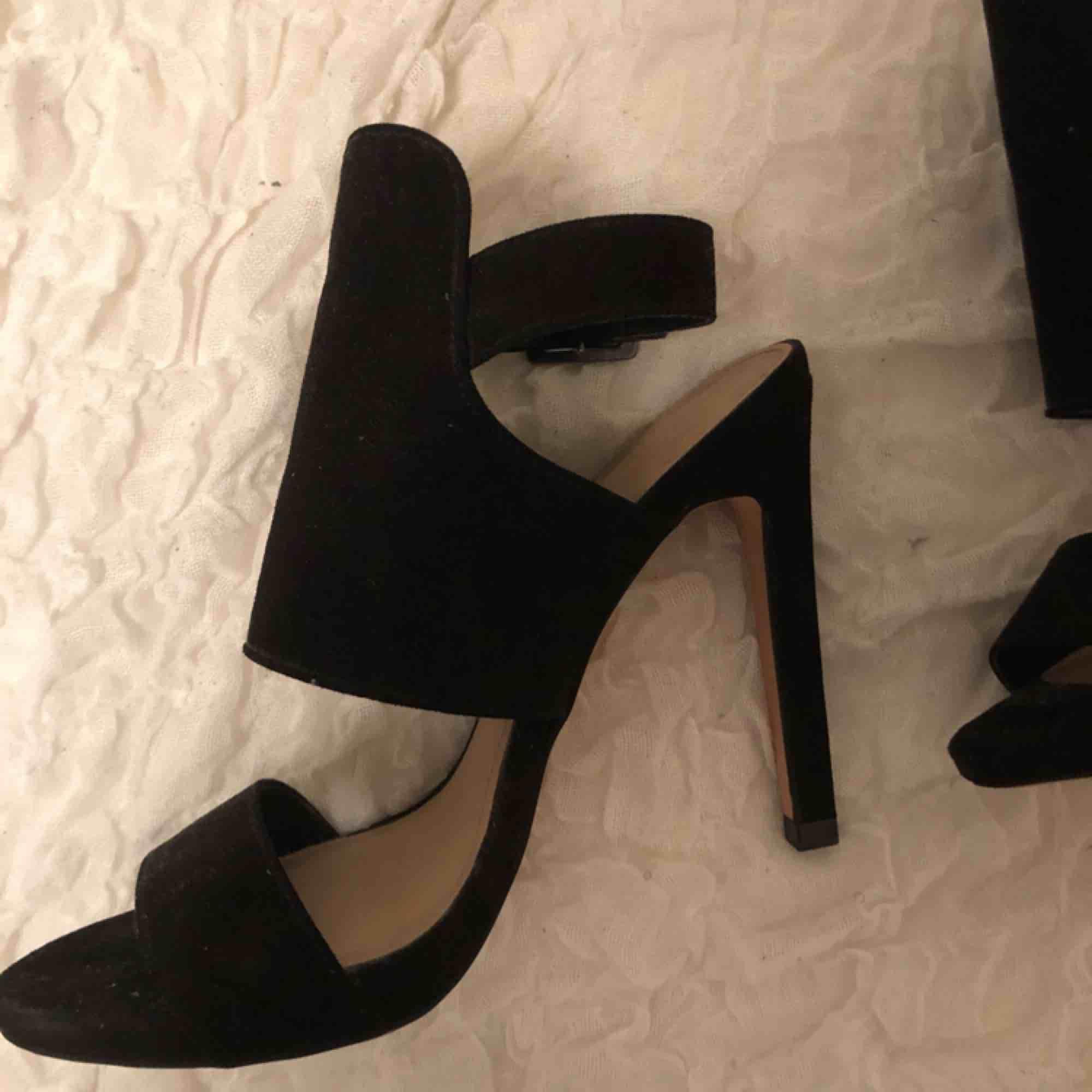 Ett par svarta stövletter från Zara. Aldrig använda. Kan skicka på posten eller mötas upp i Stockholm! . Skor.