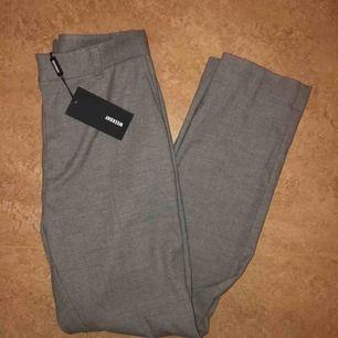 Jag köpte dom här byxorna från weekday i modellen Lund suit trousers men dom passade inte och har inte hunnit att lämna tillbaka dom. Alltså är dom inte använda. (Frakten ingår inte i priset)