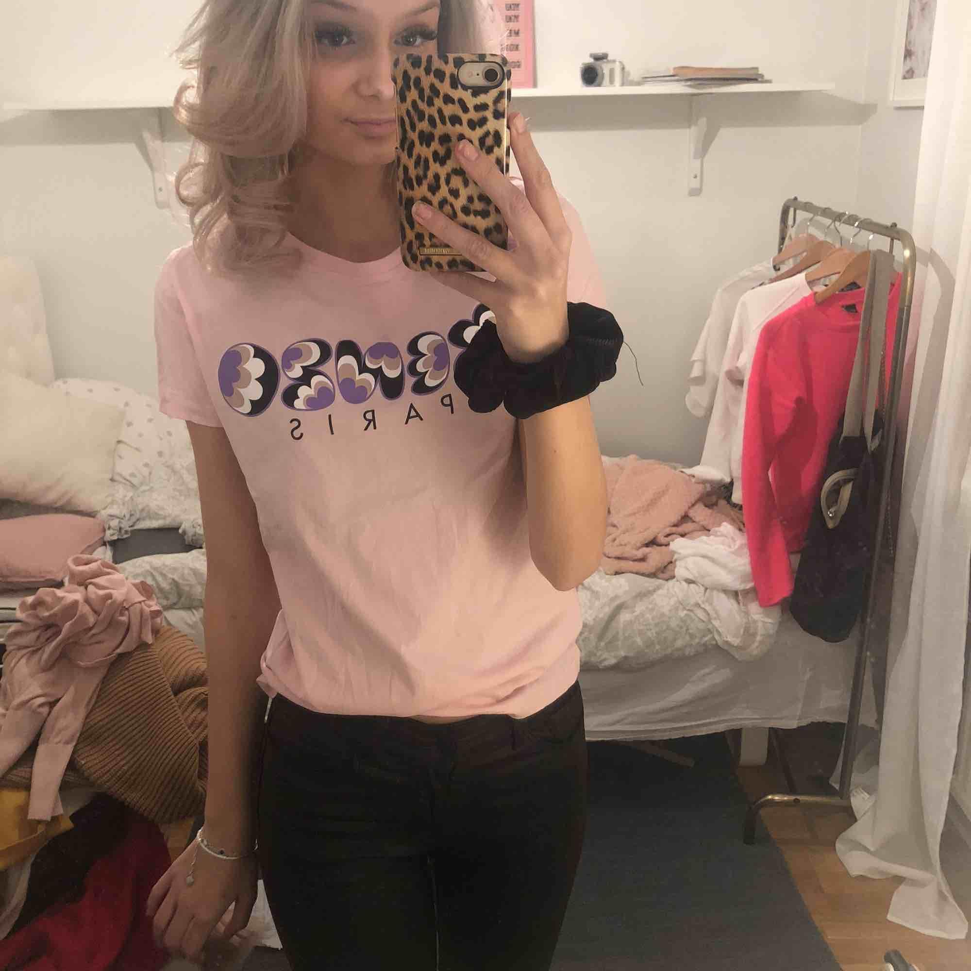 S/xs Kenzo T-shirt Knappast använd Står ej för frakt💕. Skjortor.