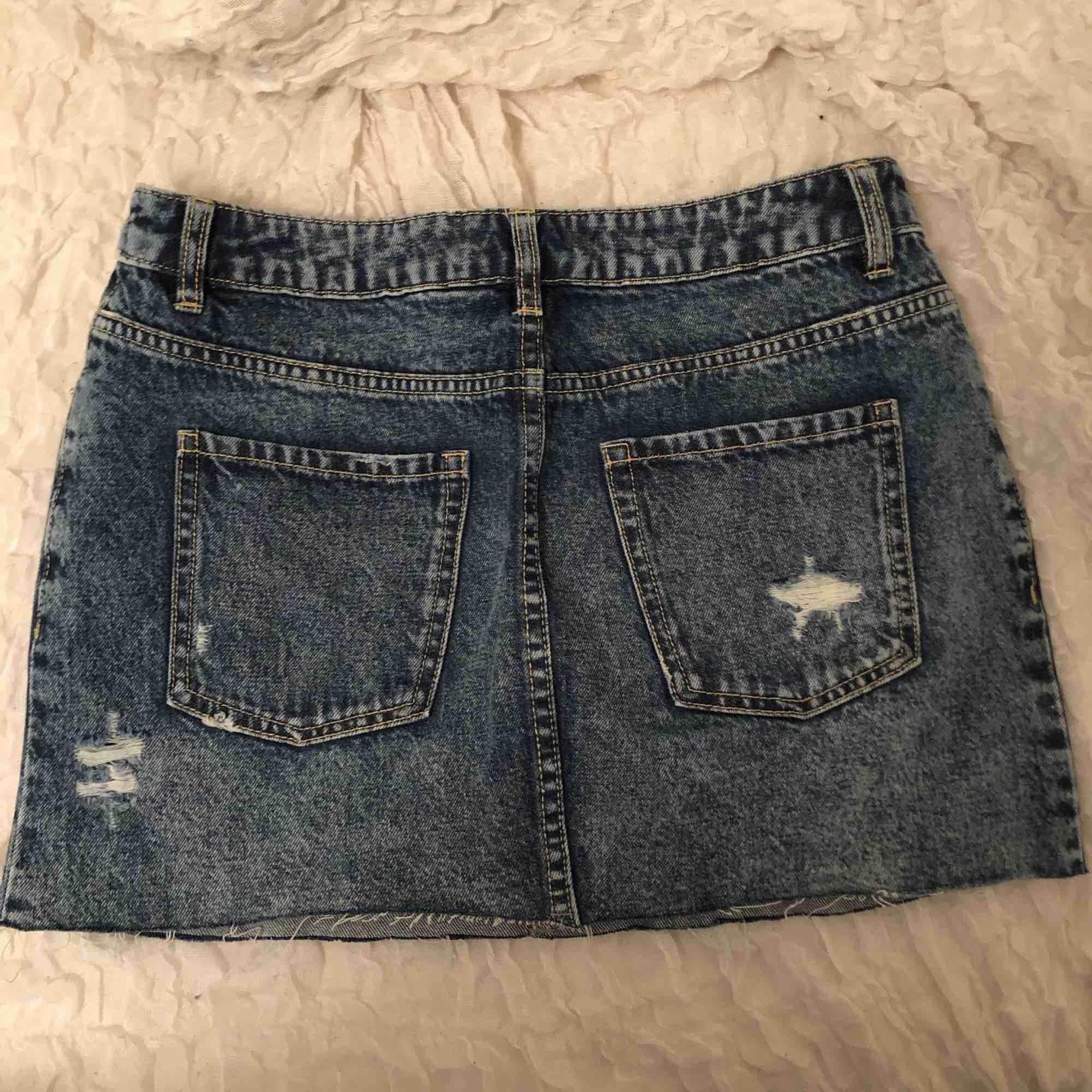 Kort jeanskjol i storlek 36, men mer som en 34! Mäter 33 cm på längden! Kan posta eller mötas upp i Stockholm . Kjolar.
