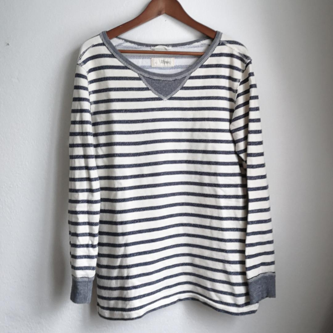 Mysig sweatshirt i vitt/cremevit och blågråa ränder och muddar på ärmarna. Säljer pga kommer inte till användning tyvärr. . Tröjor & Koftor.