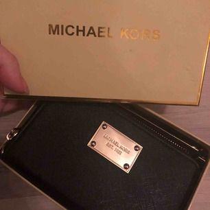 En knappt använd Michael Kors plånbok, med tillhörande ask för att visa äkthet. Jättefin och bra fack! Säljes pga använder inte