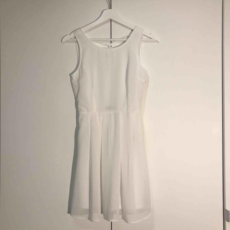 Endast använd 2 gånger. Superfin student/sommarklänning i mjukt material. Har ett extralager tyg vid kjolen! Kan upplevas aningen genomskinlig så rekommenderar hudfärgade underkläder.  Frakt tillkommer.. Klänningar.