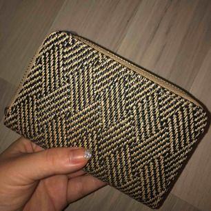 Oanvänd plånbok med mycket förvaring. Var ett impulsköp ;) Nypris 249kr