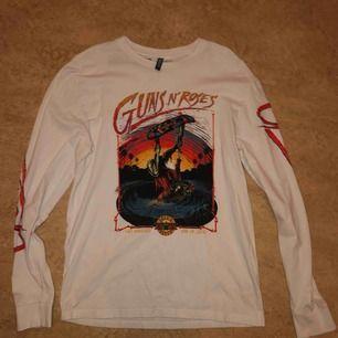 Långarmad tröja med tryck från H&M som jag har använt fåtal gånger som fortfarande är i bra skick  (Frakt ingår inte i priset)