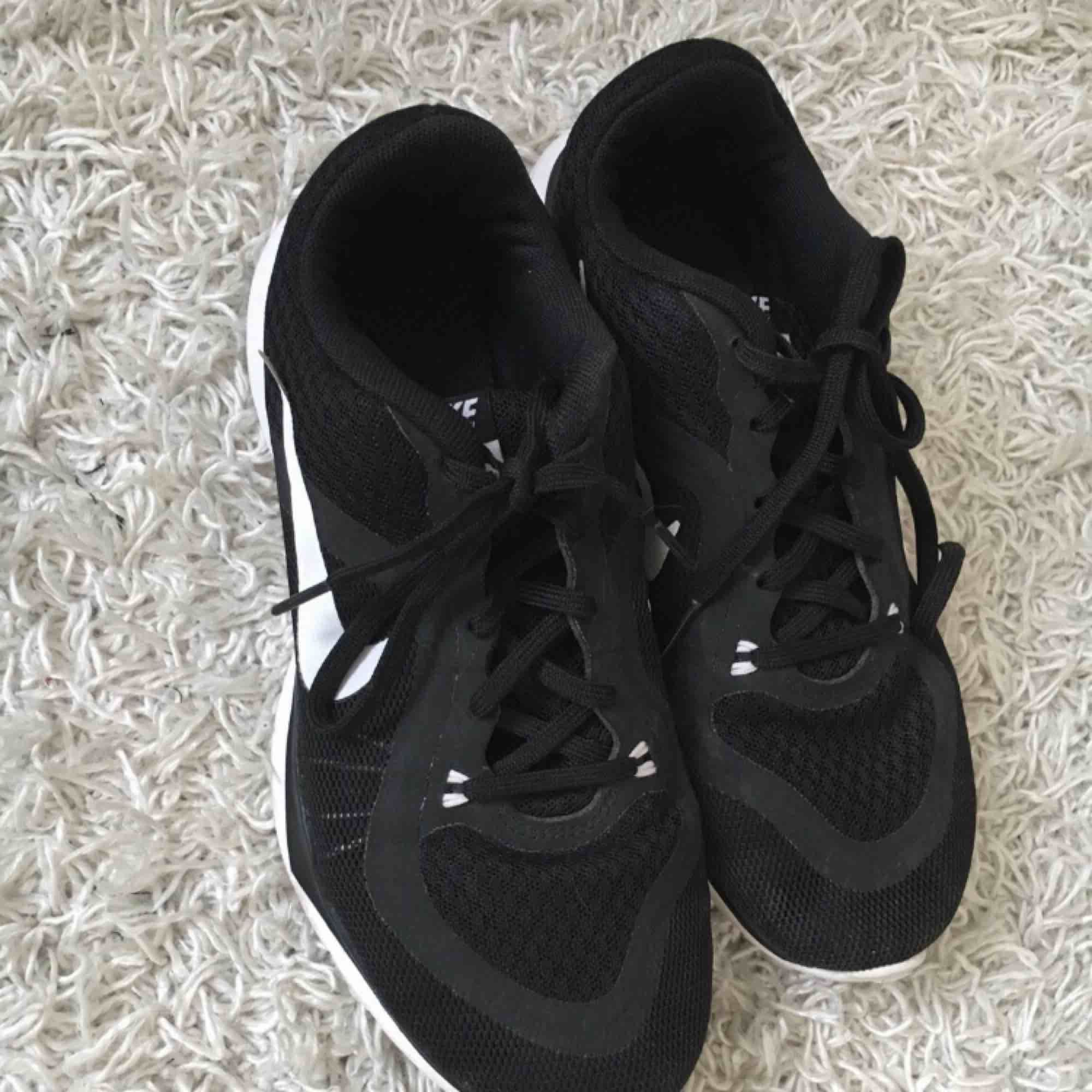Svarta Nike flex tr 6 skor i storlek 38. Använda 2 gånger dvs. väldigt fint skick!. Skor.