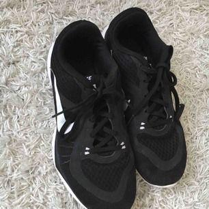 Svarta Nike flex tr 6 skor i storlek 38. Använda 2 gånger dvs. väldigt fint skick!
