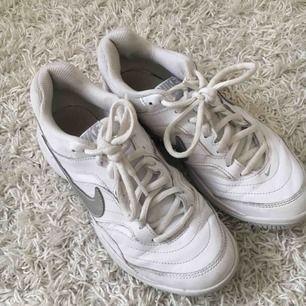 Vita Nike skor med bred sula i storlek 38.