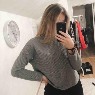 Grå tröja ifrån H&M storlek small, Använt en gång, skönt och tjockt material  Köparen står för frakten