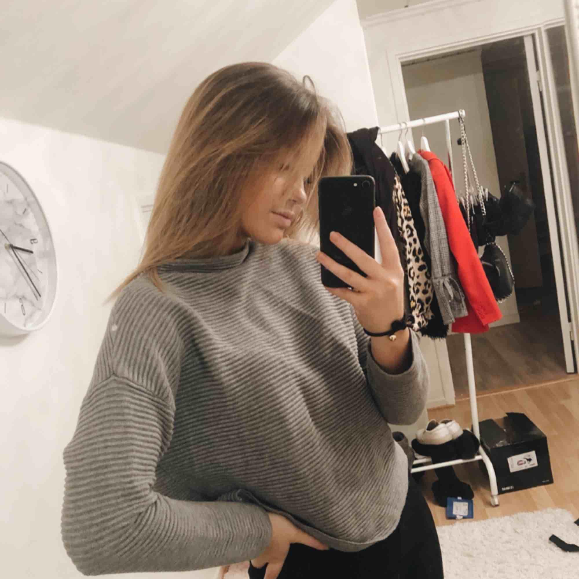 Grå tröja ifrån H&M storlek small, Använt en gång, skönt och tjockt material  Köparen står för frakten. Tröjor & Koftor.