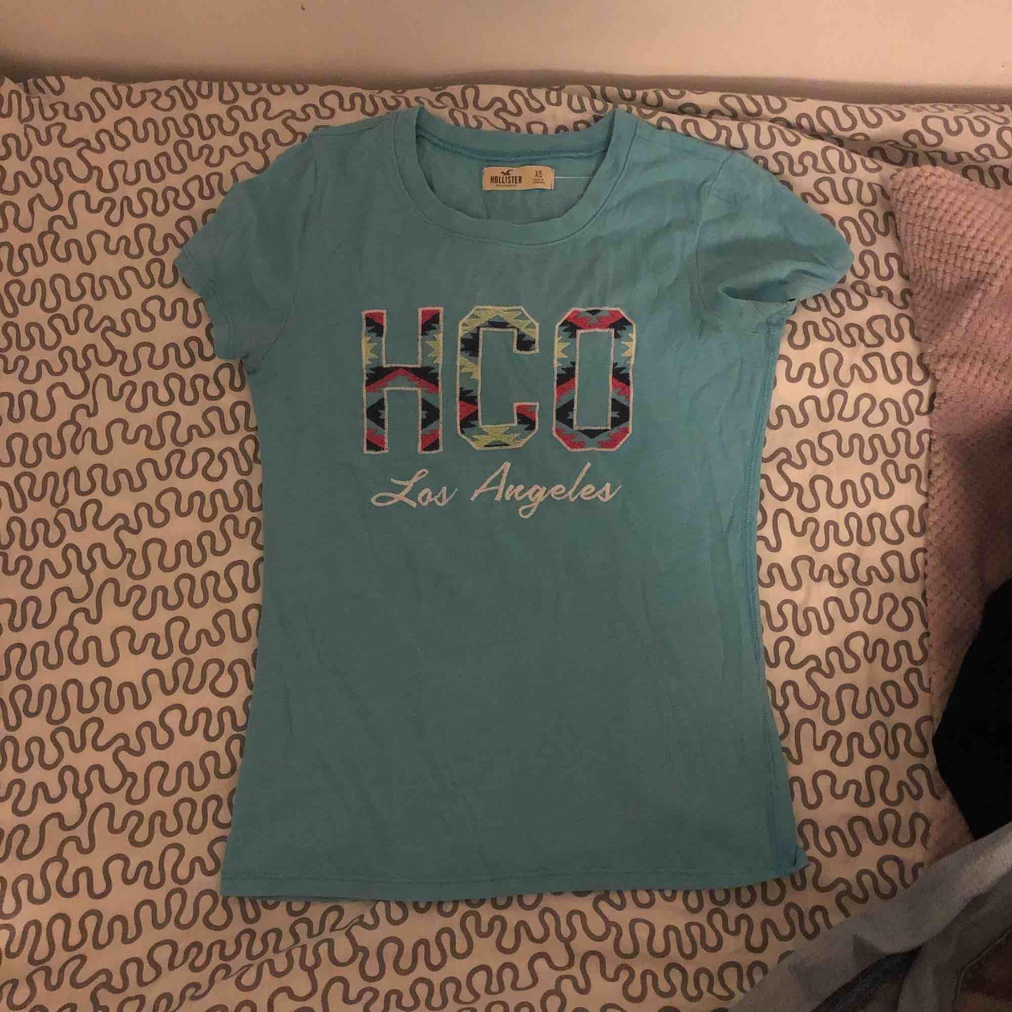 En ljusblå t-shirt från Hollister . T-shirts.