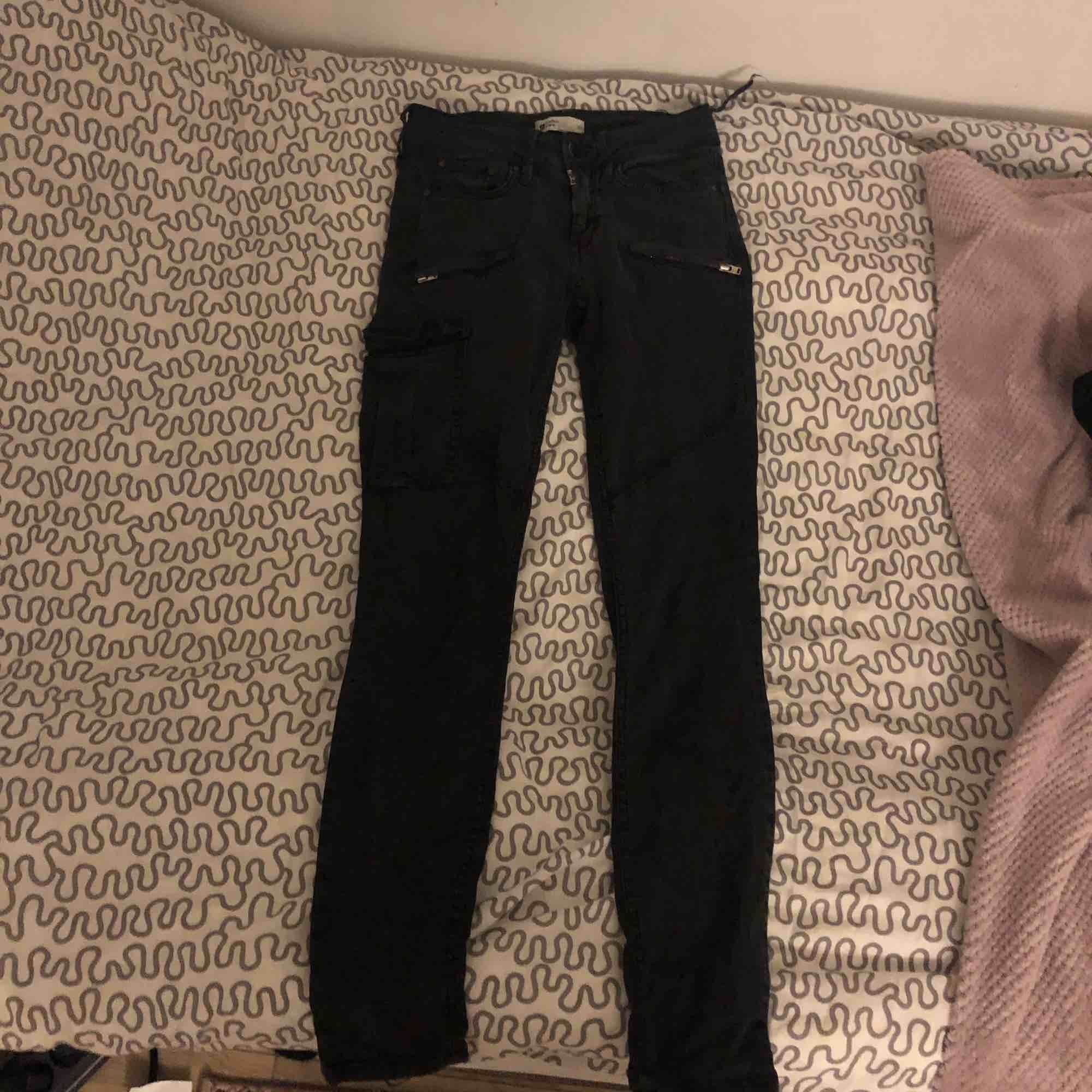 Säljer ett par tighta svarta cargo pants, (kan ej visa på pågrund av att dem är för små) . Jeans & Byxor.