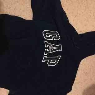 """En riktigt snygg mörkblå GAP hoodie med ett """"fluffigt"""" material! Är S själv men oversized på mig vilket jag diggar och den sitter bra! Kommer tyvärr inte till användning 😭, köparen står för frakt ❤️"""
