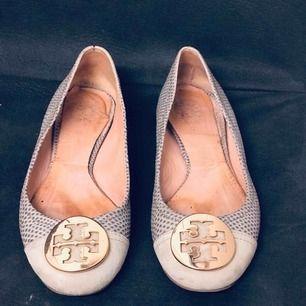 Tory Burch ballerina-skor. Säljs pga problem med benhinnor och kam därmed ej använda platta skor. Nypris 2600kr.