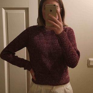 """Säljer en jättefin stickad tröja i storlek XS, använd högst 4 gånger och i felfritt skick🌟. Säljer för att det inte riktigt är min stil. Den har """"håldetaljer"""" vid nyckelbenen, vid armvecken och längre ner på magen vilket är fint.🌟 köpare står för frakt"""