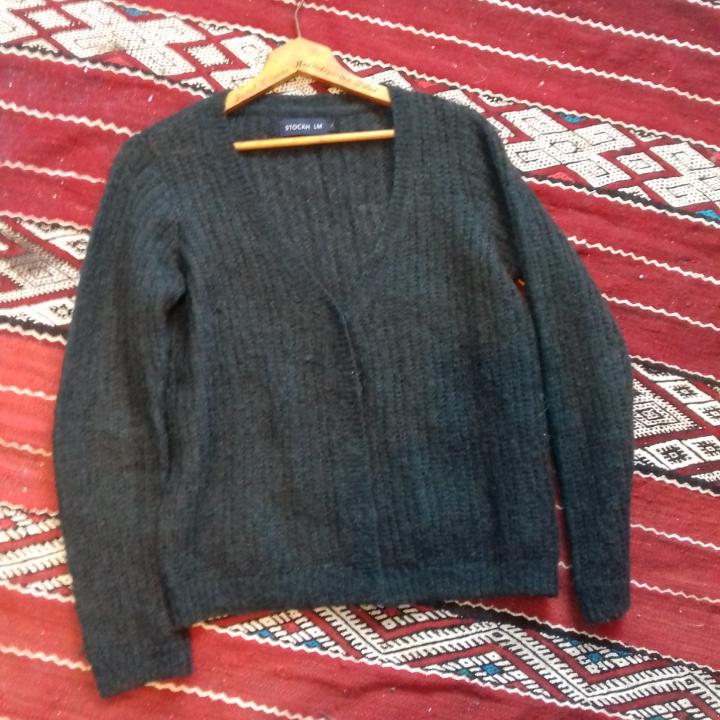Mörkgrön tunnstickad kofta i stl S. Gjord i mohair/ull-blandning. Knäpps med dolda knappar. I fint skick. Frakt 63 kr.. Tröjor & Koftor.