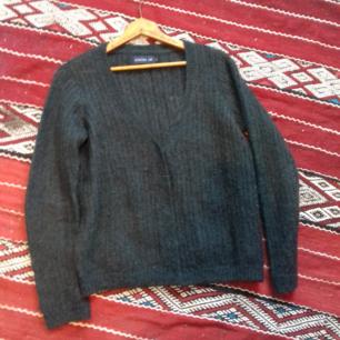 Mörkgrön tunnstickad kofta i stl S. Gjord i mohair/ull-blandning. Knäpps med dolda knappar. I fint skick. Frakt 55 kr.